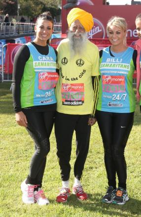Fauja Singh with Billi Mucklow (right) and Cara Kilbey of The Only Way is Essex at the start of the Virgin London Marathon in London.