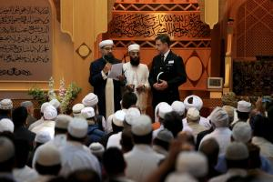 Imam Irfan Chishti (left) and Superintendent David Pester of Greater Manchester Police (right) speak to worshippers attending Friday prayers at Manchester Central Mosque following the terror attack in the city earlier this week. (Byrne/PA)